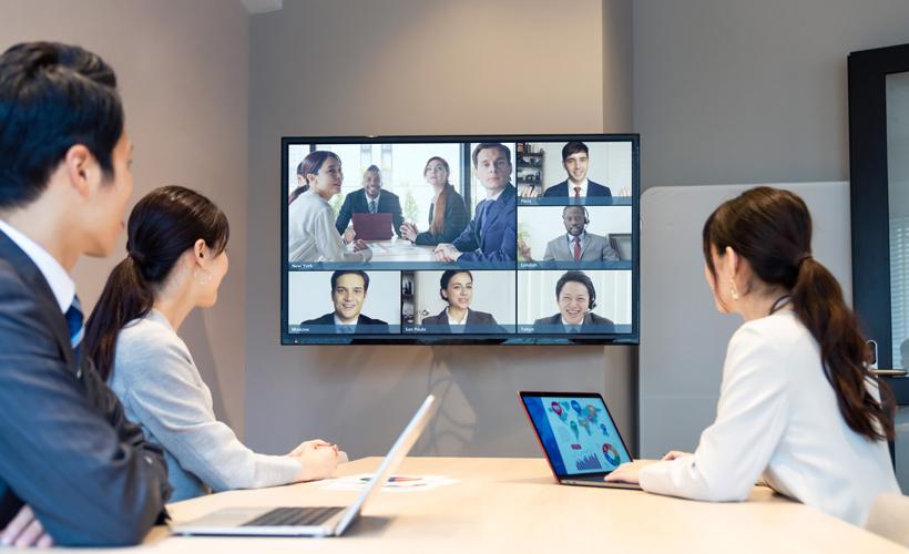 """""""Zoom会議""""を通して自宅にいる社員、海外オフィスとコミュニケーション"""